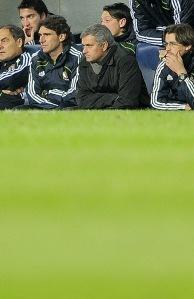 Mourinho, escondido en el banquillo
